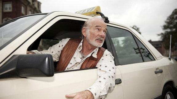 Mit seinem Taxi immer zur Stelle: Vadder Thiel (Claus D. Clausnitzer).