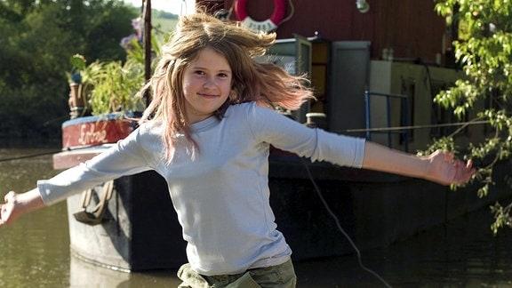 """Lola (Tabea Hanstein) springt vor der """"Erbse"""" in die Luft."""