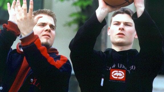 Mario (Maximilian Pfaff, links) erklärt Lukas (Frank Droese) die Spielregeln.