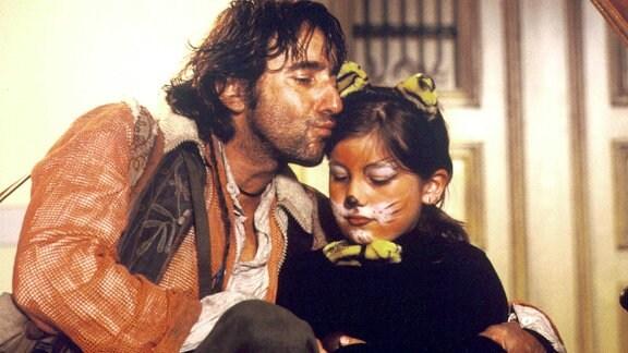 Der Landstreicher Eddi (Dieter Landuris) besucht seine Tochter Clara (Paula Klöden) an ihrem Geburtstag, an dem er nicht teilnehmen darf.