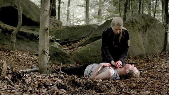 Polizistin Elke (Henrike von Kuick) mit dem tödlich verletzten Tschechen im Wald.