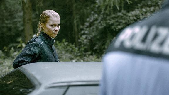 Henrike von Kuick als Polizistin Elke.