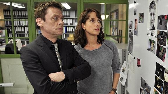 Brasch (Claudia Michelsen;re) und Drexler (Sylvester Groth;li) gehen den Fall durch. Brasch zweifelt an Drexler's Objektivität.