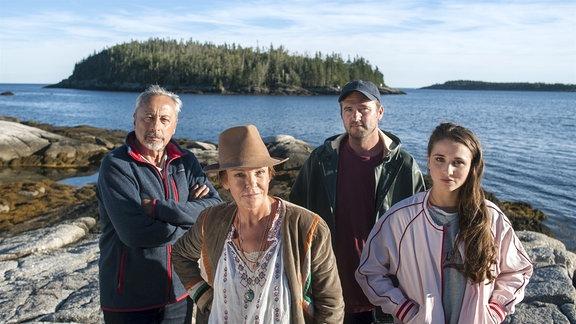 Vier auf einer Insel in Kanada: der Aussteiger Harry Stockowski (Wolfgang Stumph) mit der raubeinigen Susan Bennett (Katrin Sass), ihrem Sohn Jason (Philipp Rafferty) und ihrer Enkelin Jennifer (Cosima Henman).