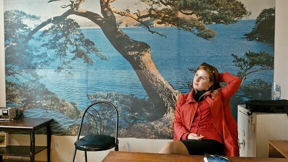 Dariko sitzt in ihrem Studio und wartet auf Ereignisse.