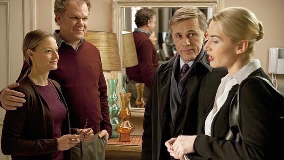 Nancy Cowan (Kate Winslet) und ihr Mann Alan (Christoph Waltz) werden von einem anderen Ehepaar in deren Wohnung konfrontiert. Sie stehen sich alle gegenüber.