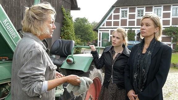 Anna (Jutta Speidel) ist nicht sicher, ob sie wirklich ihre Tochter Ines (Susanne Schäfer) und deren Tochter Jo (Anna Hausburg) bei sich auf dem Hof haben möchte.