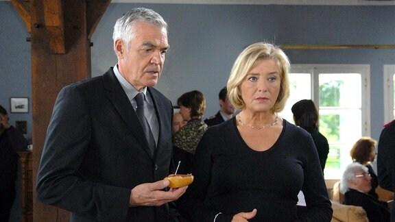 Nachbar Johann (Michael Greiling) bietet der trauernden Anna (Jutta Speidel) seine Hilfe und seinen Beistand an.