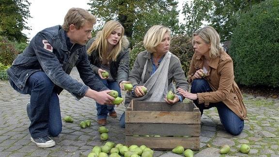 Ines (Susanne Schäfer, re.), ihre Tochter Jo (Anna Hausburg) und deren Freund Sascha (Dennis Mojen) merken deutlich, dass die trauernde Anna (Jutta Speidel) mit der Arbeit auf dem Hof ganz alleine überfordert ist.