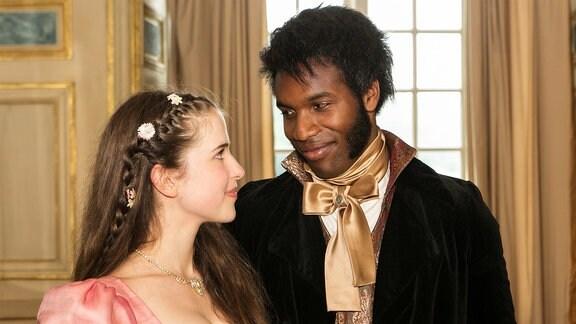 Prinzessin Amélie (Leonie Brill) und Prinz Thabo (Elvis Clausen) kommen sich näher.