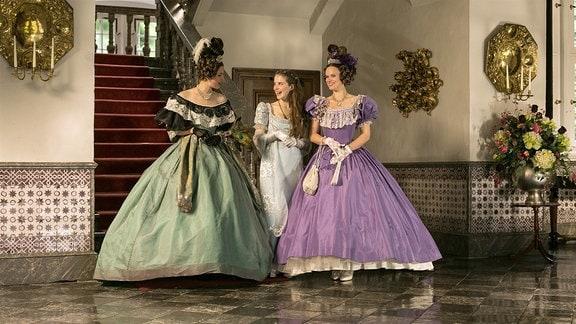 Die Prinzessinnen auf dem Weg zum Vater, worum geht es wohl? - v.l.n.r: Prinzessin Isabella (Alexandra Martini), Prinzessin Amélie (Leonie Brill), Prinzessin Eugenia (Svenja Görger).