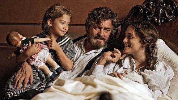 Auch ohne Trauschein sind Katharina (Friederike Becht), Max (Fritz Karl) und ihre kleine Tochter Maria (Helena Schönfelder) eine glückliche Familie.