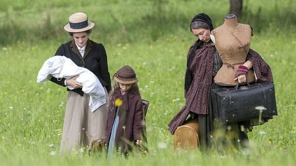 Katharina (Friederike Becht, li.) zieht mit ihrer kleinen Tochter Maria (Helena Schönfelder), ihrem Sohn und hrer Mutter Christiane (Ursula Strauss) in die Künstlerkolonie auf dem Monte Verità.