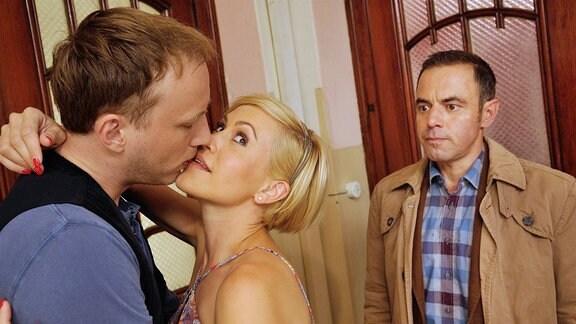 Eifersucht: Klara (Wolke Hegenbarth, M.) und ihr Freund Lutz (Sebastian Achilles, l.) küssen sich vor den Augen von Hauptkommissar Paul Kleinert (Felix Eitner, r.).