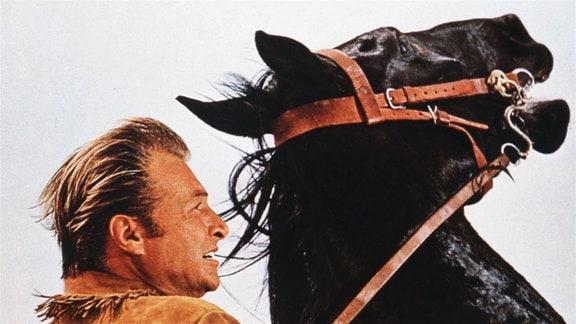 Old Shatterhand (Lex Barker) sieht sich von den Banditen bedroht.