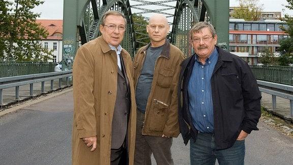 Jaecki Schwarz als Hauptkommissar Schmücke (links) und Wolfgang Winkler als Hauptkommissar Schneider (rechts) mit Bernd Michael Lade als Frank Ziehrer (Mitte)