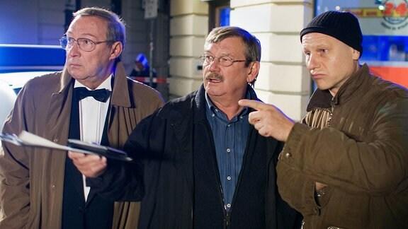 Der Zeuge Frank Ziehrer (Bernd Michael Lade, rechts) wird vor Ort von den Hauptkommissaren Schmücke (Jaecki Schwarz, links) und Schneider (Wolfgang Winkler, Mitte) zum Hergang befragt.
