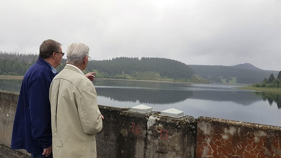 Der heutige Talsperrenmeister Harald Juch (li) mit Helmut Pape, bis 1990 Chef der Talsperren im Ostharz.