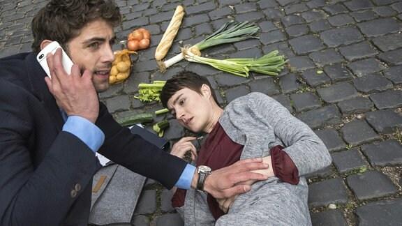 Auf dem Weg zum JTK wird Dr. Niklas Ahrend (Roy Peter Link, l.) Zeuge, wie Evas ehemalige Chefin Charlotte Fuchs (Paula Hans, r.) einen Zusammenbruch erleidet.