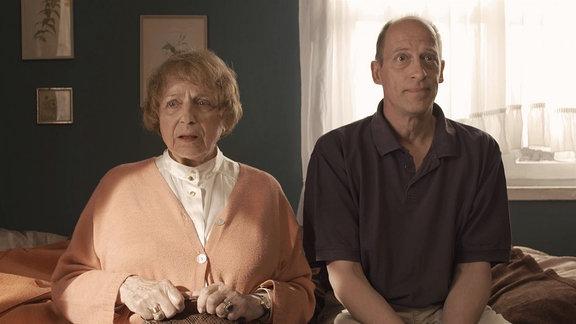 Ältere Frau und Mann sitzen auf einem Sofa