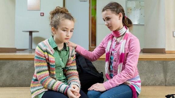 Luisa (Deborah Mary Schneidermann, l.) hat Angst, dass sie als Pflegekind nach der Trennung von Susanne und Christoph zurück in ein Kinderheim muss und wird von ihrer besten Freundin Paula (Talessa Scheithauer, r.) getröstet.