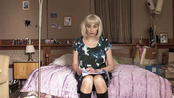 Zoja (Katerina Medvedeva ) trauert um ihren verstorbenen Vater.
