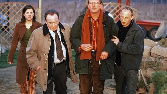 Katharina Delitz (Juliane Gibbins, links) traut ihren Augen nicht, als die Hauptkommissare Ehrlicher (Peter Sodann, 2.v.l.) und Kain (Bernd Michael Lade, rechts) ihren Verlobten Olaf Krüger (Martin Lindow) abführen...