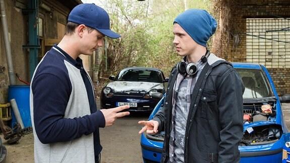 Jonas (Lennart Betzgen, r.) und sein Freund Leon (David Schlichter, l.) planen ein illegales Autorennen. Wer das Auto fahren darf, wird gerade ausgelost.
