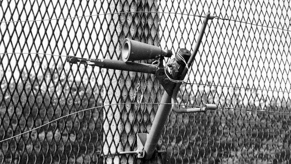 Am 13. August 2011 jährt sich zum 50. Mal der Tag, an dem mit der Teilung Berlins die Spaltung Deutschlands und Europas vollendet und für mehr als zweieinhalb Jahrzehnte zementiert wurde. Erzählt wird die Geschichte der Berliner Mauer und Innerdeutschen Grenze aus einer neuen Perspektive: Aus der Sicht derer, die sie geplant, erbaut und bewacht haben. Selbstschussanlage namens SM-70.