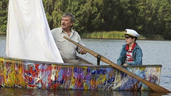 Um Eddie (Elias Eckmann) auf andere Gedanken zu bringen, hat ihm sein Opa (Wolfgang Winkler) ein Ruderboot geschenkt.