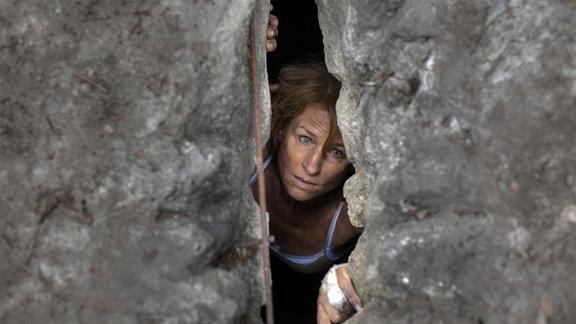 Karen (Corinna Harfouch) versteckt sich im Bunker.
