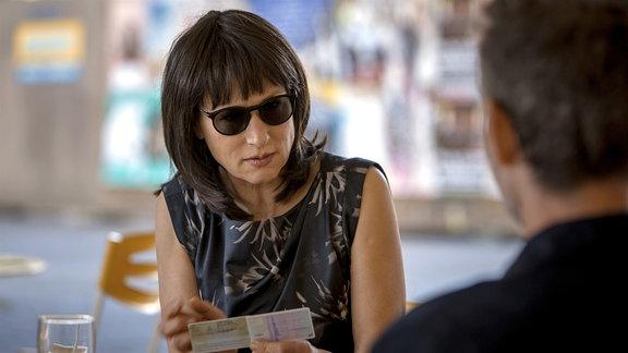 Karen (Corinna Harfouch) bekommt eine neue Identität.