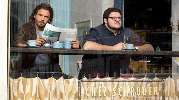 Schröder (Axel Ranisch, re.) hat einen Imbiss eröffnet. Claudius Zorn (Stephan Luca) kommt immer rüber zur Mittagspause.