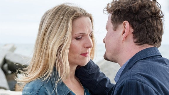 Es knistert zwischen Nora (Tanja Wedhorn) und dem Fischer Matthias (Shenja Lacher).