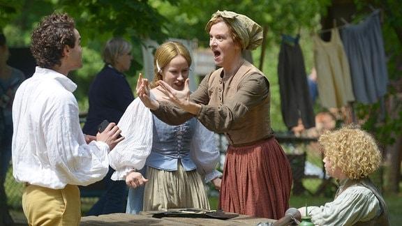Der Prinz (Max Befort) in einer Szene mit Hedwig (Inga Busch). Re.: Kilian (Kieran West), 2. v. li.: Elise (Mira Elisa Goeres)
