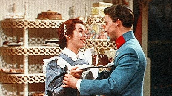 Im Cafehaus Tomasoni begegnet Graf Ferdinand Tettenbach (Michael Cramer) der reizenden Theres (Marianne Koch) und verliebt sich Hals über Kopf.