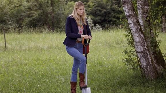 Alicia (Larissa Marolt) bringt es nicht übers Herz, Viktors Kette wegzuwerfen.