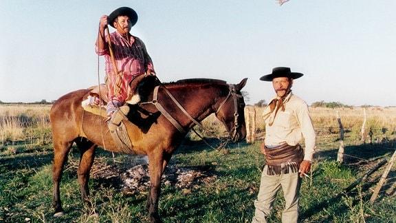 Strenge Hierarchie auf der Rinderfarm: Felipe (stehend) ist der Stellvertreter des Patron, Peti (zu Pferde) der Stellvertreter des Stellvertreters.