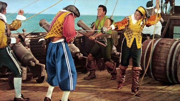 """Consuelo (Gianna Maria Canale, r.) – die Tochter des Kapitäns des berüchtigten Piratenschiffes """"Santa Maria"""" - übernimmt nach der Ermordung des Vaters das Kommando."""