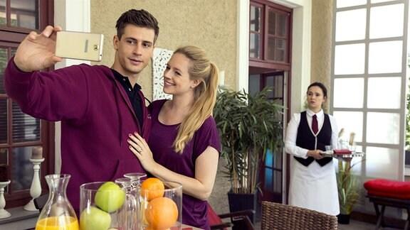 Romy (Désirée von Delft, r.) glaubt, Paul (Sandro Kirtzel, l.) bei einem Flirt mit Vivian (Anina Haghani, M.) zu erwischen.