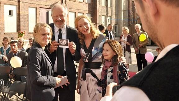 Es ist wieder einiges los bei der Familie Teuffel in Krummenwalde: v.li. Lisa (Anke Retzlaff), Steffen (Axel Milberg), Beate (Katja Flint), Sophie (Salome Ridder).