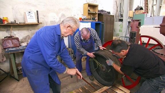 Dr. Konrad Pusch und sein Team restaurieren eine Lokomobile von 1920.