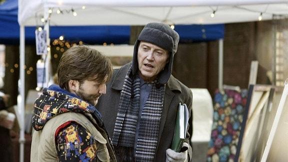 Roger (Christopher Walken) zeigt einem jungen Künstler (Breckin Meyer) stolz sein Gemälde - ist es das Original oder die Fälschung?