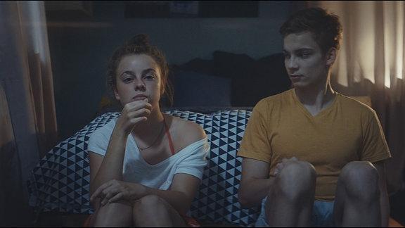 Damian (Mateo Wansing Lorrio) und die Nachbarstochter Rosalie (Amelie Herres) schauen sich zusammen einen Film an.