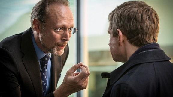 Charles Magnussen (Lars Mikkelsen, li.) macht sich einen Spaß daraus, John Watson (Martin Freeman) zu demütigen.