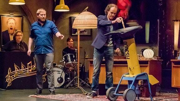 Julius Fischer und Olaf Schubert schreddern Musikinstrumente. (v.l.)
