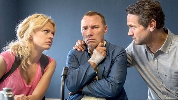 Lukas Hundt (Oliver Franck, r.) und Kristina Katzer (Isabell Gerschke, l.) knöpfen sich den Ex-Boxer Uwe Guttmann (Thomas Arnold, M.) vor. Hatte er einen Grund, seine Freundin zu töten?