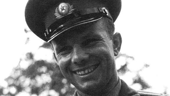 Juri Gagarin. Der erste Mensch im Kosmos. Nach seinem historischen Flug vom 12. April 1961 avanciert er zum ersten wahren Pop-Star der Sowjets. Der neue Held bereist fast den ganzen Erdball, nachdem er ihn als erster umrundet hatte und erweist sich als PR-Volltreffer der Sowjets.