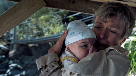 Charlotte (Anna Stieblich) hat sich mit ihrer kleinen Enkelin verlaufen und sucht Schutz unter einer Brücke.