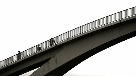 Menschen auf einer Brücke